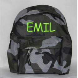 Militærfarvet børnetaske med navn på.