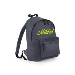 Grå skoletaske med navn på